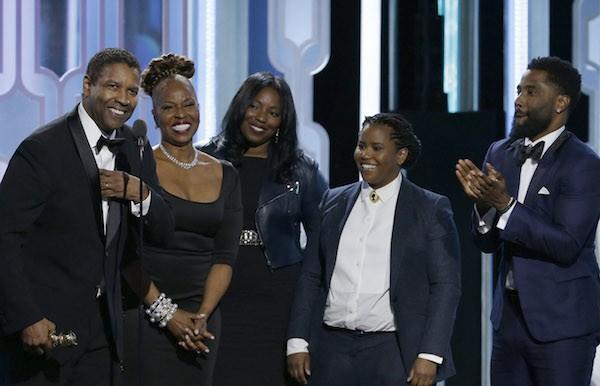 O ator Denzel Washington com a esposa e os filhos durante o Globo de Ouro 2018 (Foto: Getty Images)