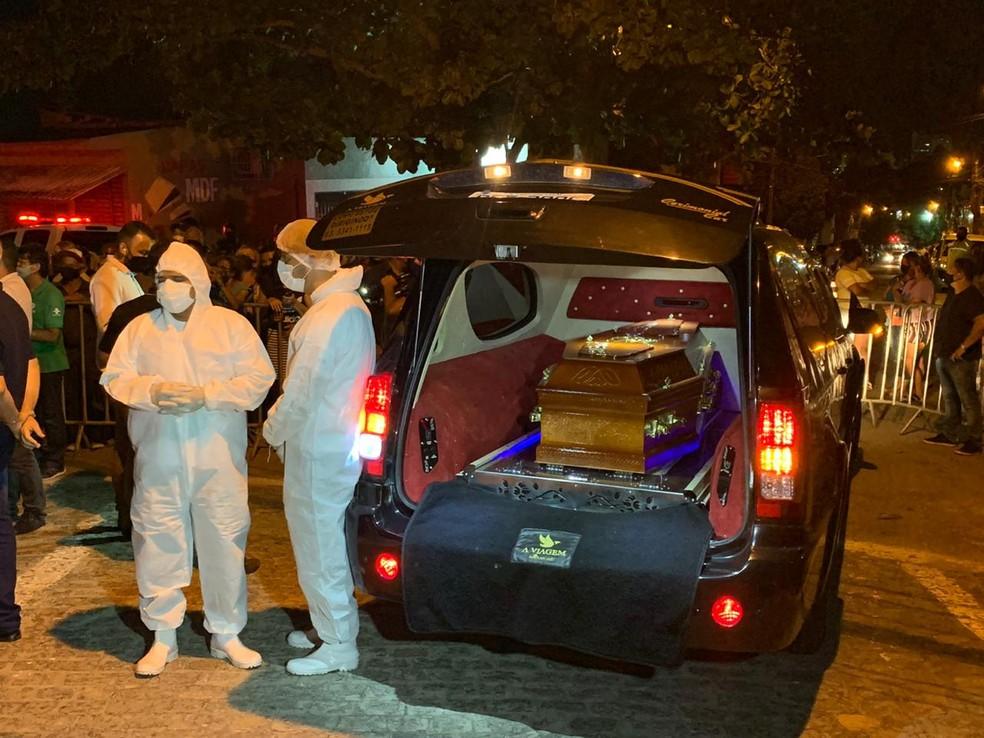 Caixão de Genival Lacerda chegou ao cemitério por volta de 19h15 — Foto: Marques de Souza/TV Paraíba