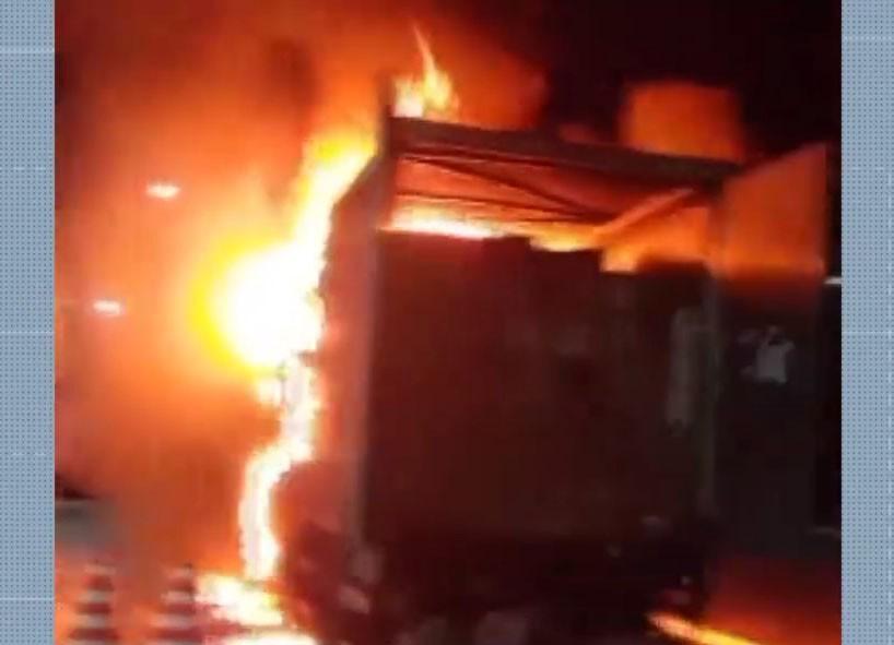 Caminhão carregado de brinquedos pega fogo na BR-116, sudoeste da Bahia