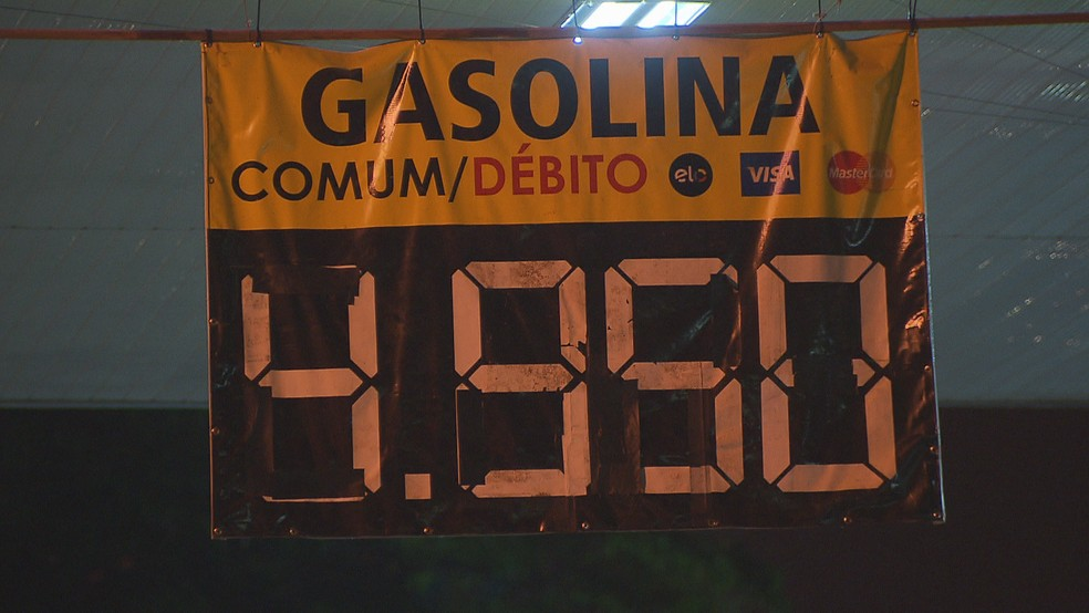 Cartaz mostra que gasolina no débito sai por R$ 4,95 — Foto: Reprodução/TV Globo