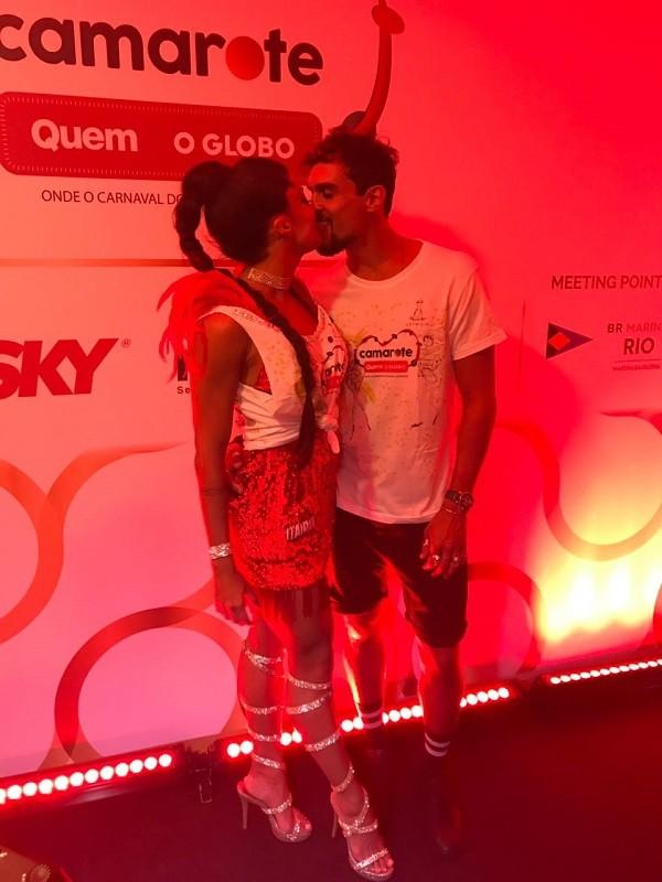 Felipe Roque dá um beijão em Aline Riscado  (Foto: Guiherme Scarpa/Época )