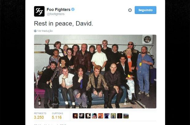 Foto publicada no perfil do Foo Fighters no Twitter em homenagem a David Bowie; na imagem, aparecem ainda outros artistas (Foto: Reprodução/Twitter/Foo Fighters)