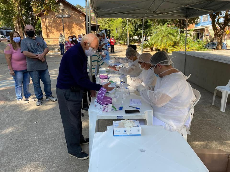 Testagem rápida para Covid-19 segue em diversos pontos de Petrópolis, RJ, neste fim de semana