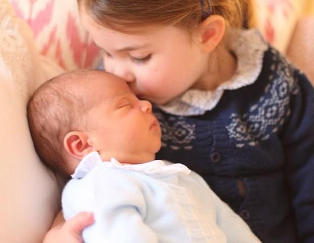 A princesa Charlotte com o irmão caçula, Louis, no colo (Foto: Reprodução Instagram)