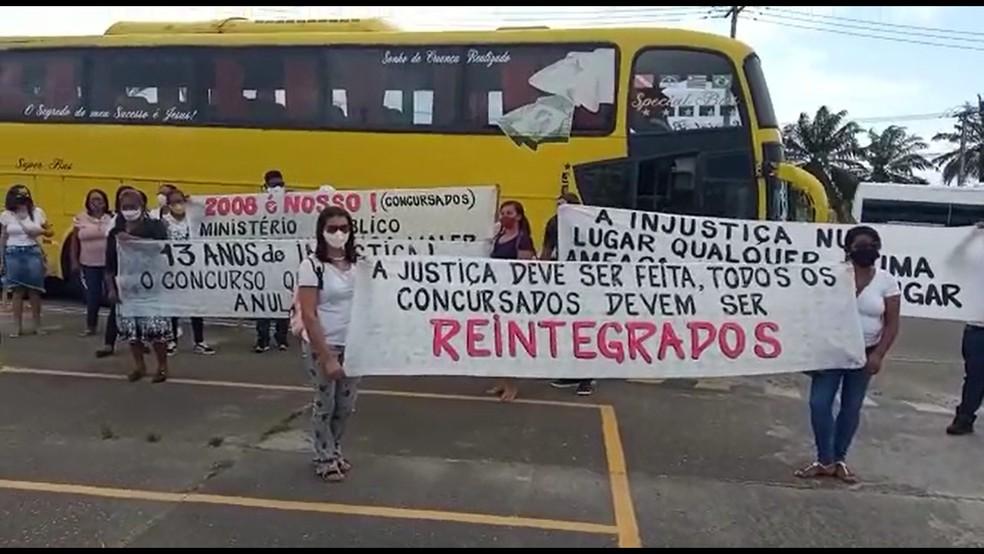 Grupo faz protesto em Salvador e pede reintegração de concursados demitidos pela prefeitura de Pilão Arcado — Foto: Arquivo Pessoal