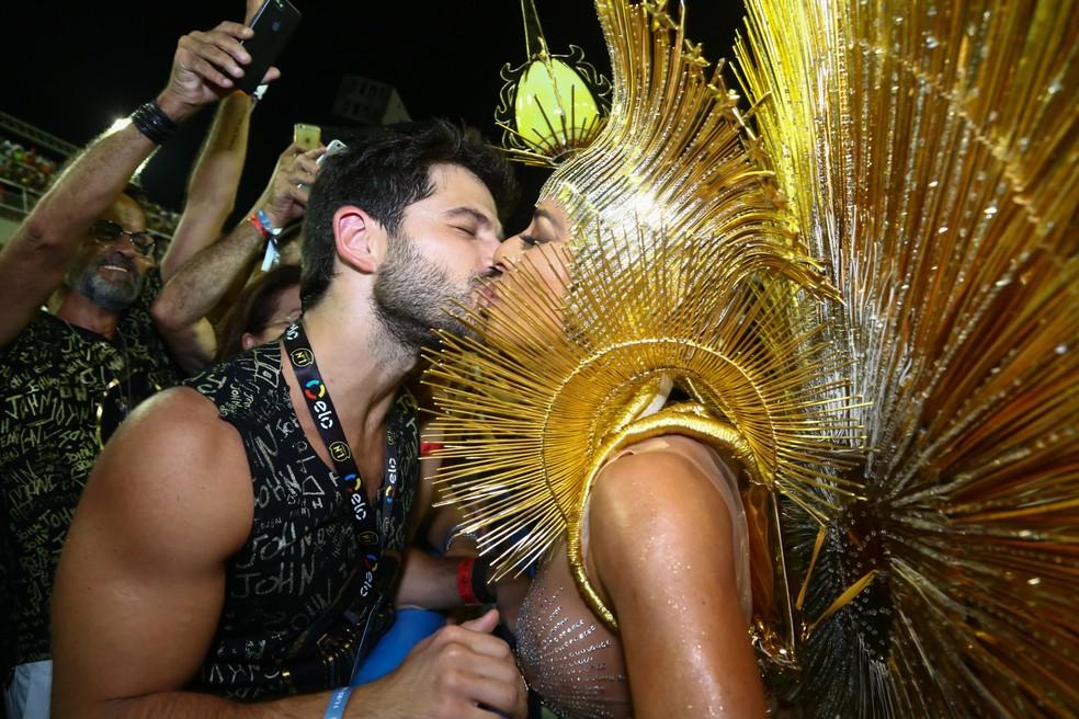 Sabrina Sato beija o noivo, Duda Nagle, na Sapucaí (Foto: Roberto Filho/Brazil News)