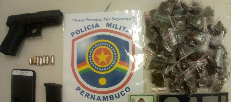 PM apreendeu pistola, celular, maconha, carregador e munições (Foto: Polícia Militar/Divulgação)