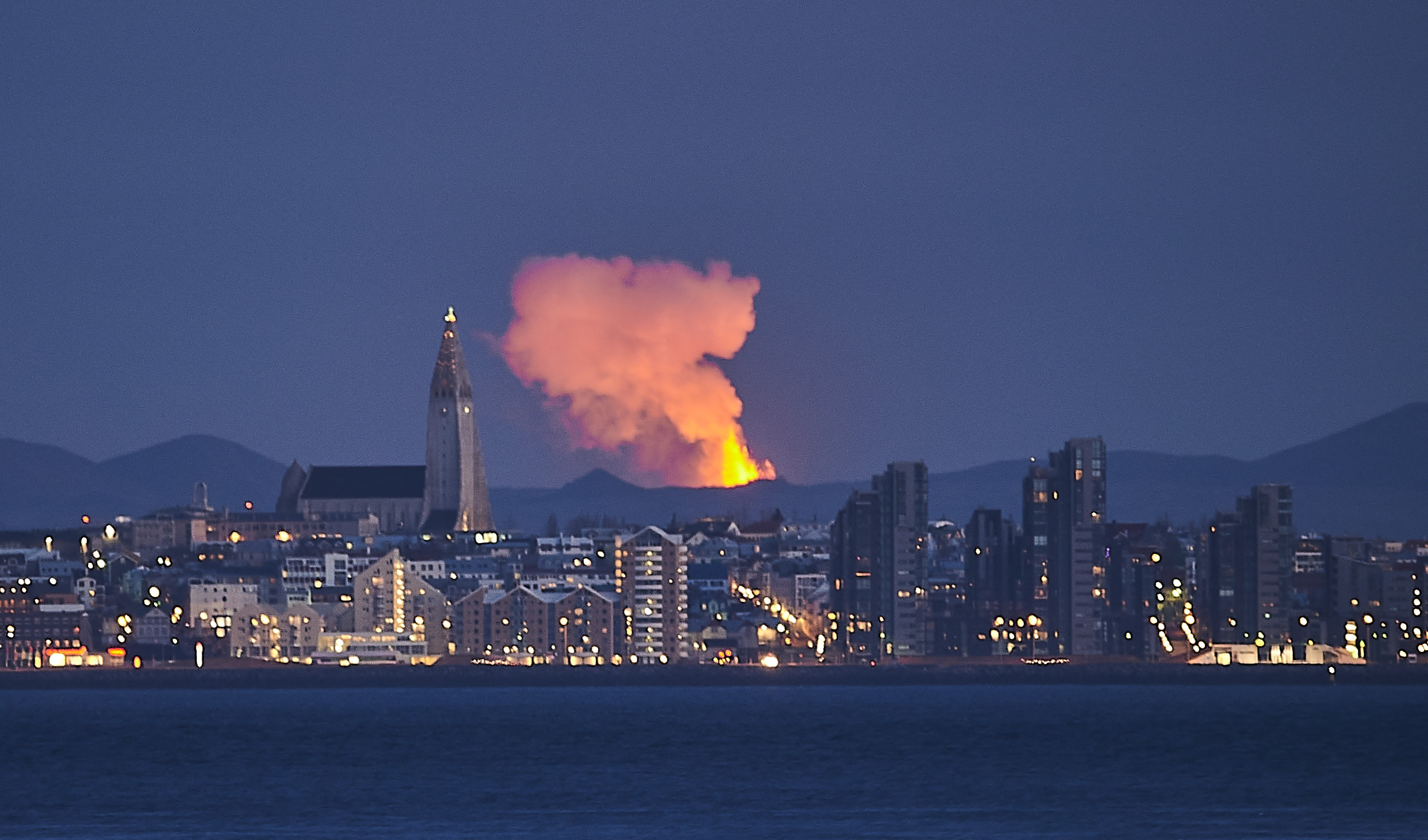 Na Islândia, erupção vulcânica se transforma em enormes gêiseres de lava