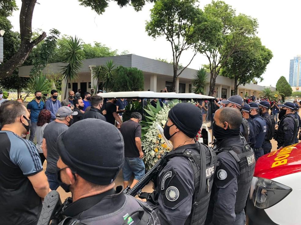 Corpo do policial militar Walisson Holanda Fernandes, morto durante assalto, é velado em Taguatinga, no DF — Foto: Walder Galvão/G1