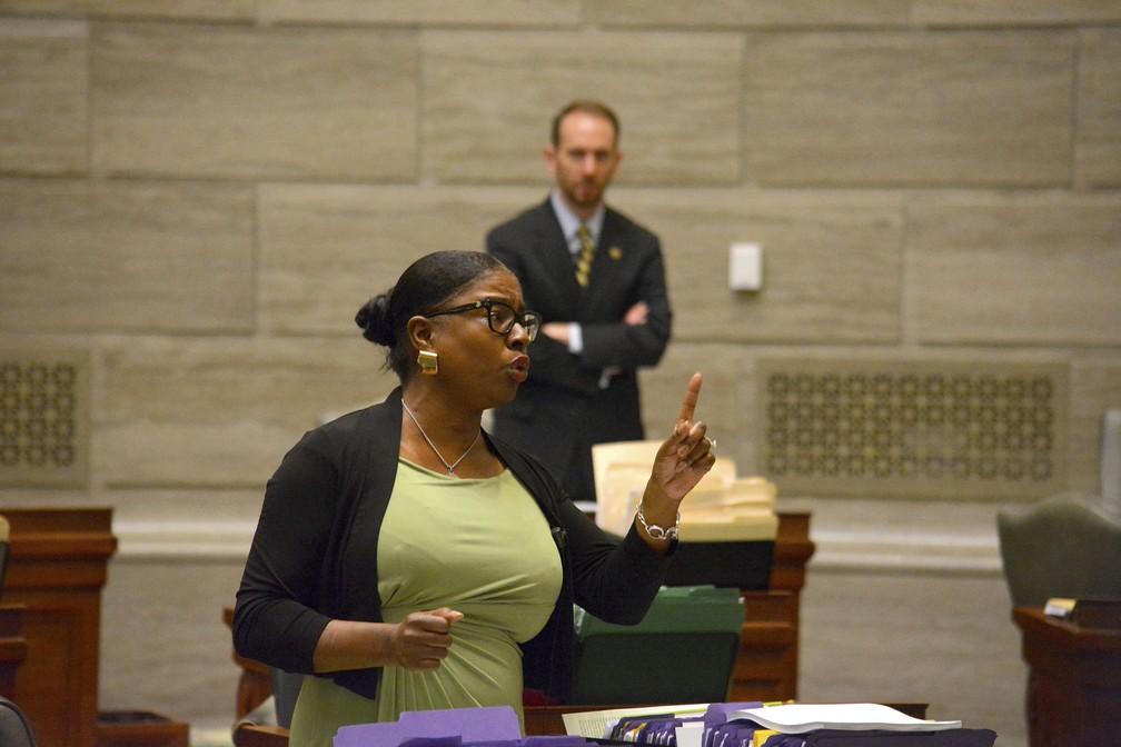 A senadora democrata Karla May, durante a discussão da lei no Senado no dia 15. A medida foi aprovada no Senado na madrugada de quinta-feira e na Câmara nesta sexta (16). — Foto: Sally Ince/The Jefferson City News-Tribune via AP