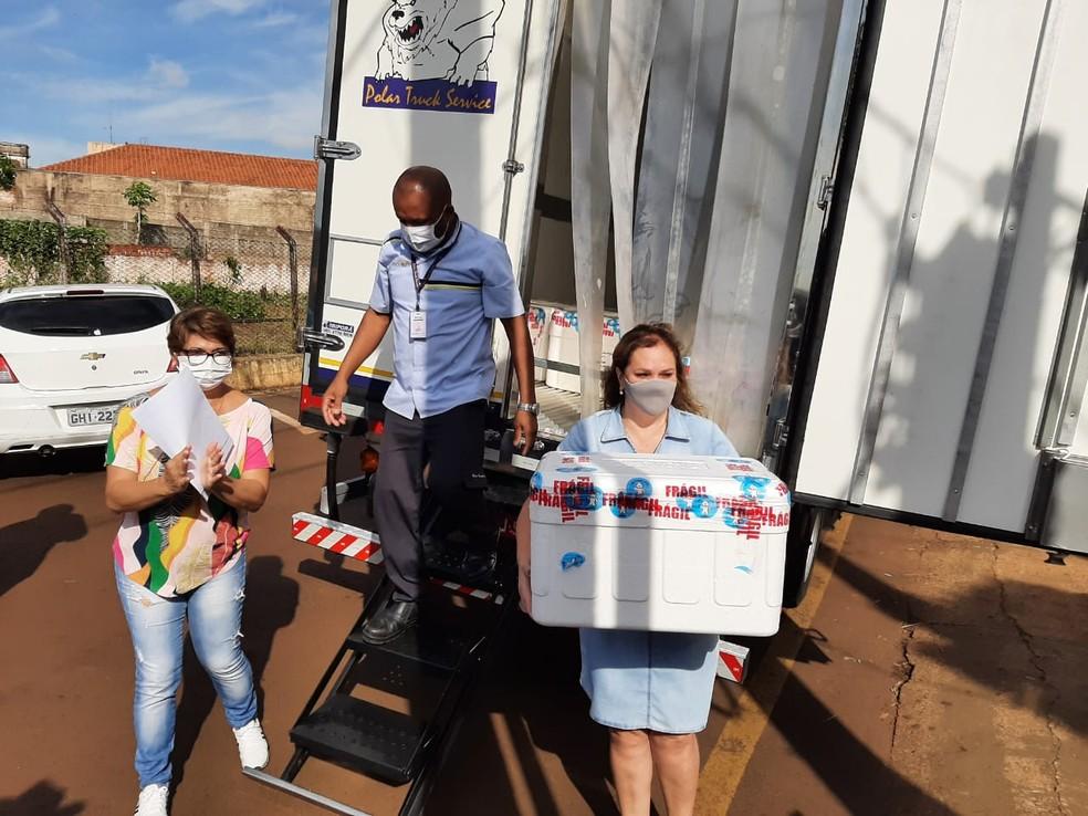 Ourinhos recebe doses da vacina CoronaVac — Foto: Adolfo Lima/TV TEM