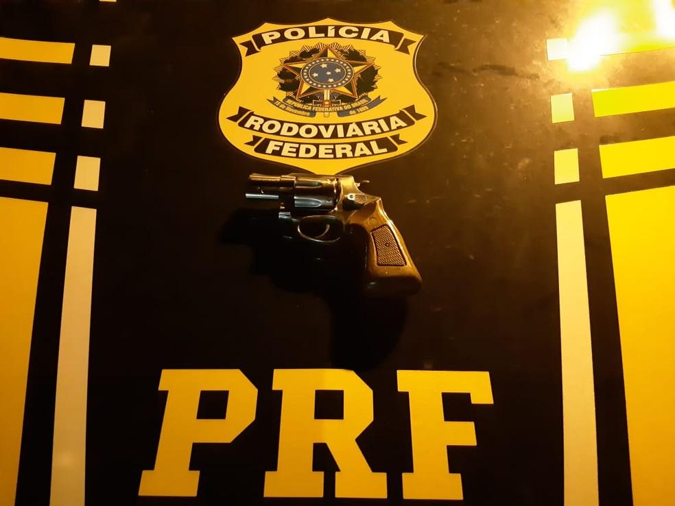 Revólver apreendido estava embaixo do banco de motorista preso pela PRF no RN — Foto: PRF/Divulgação