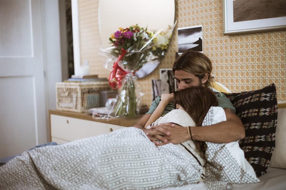 Caíque cuida de Nanda enquanto ela se sente mal  (Foto: Raphael Dias/Gshow)