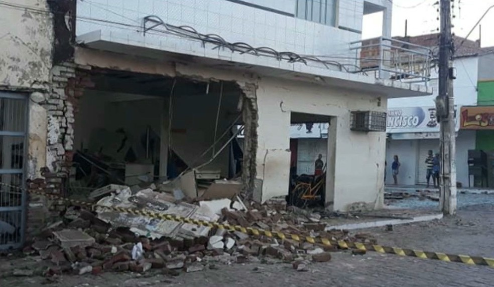 Agência dos Correios de Santa Cruz, no alto Sertão paraibano, após explosão — Foto: Reprodução/TV Cabo Branco