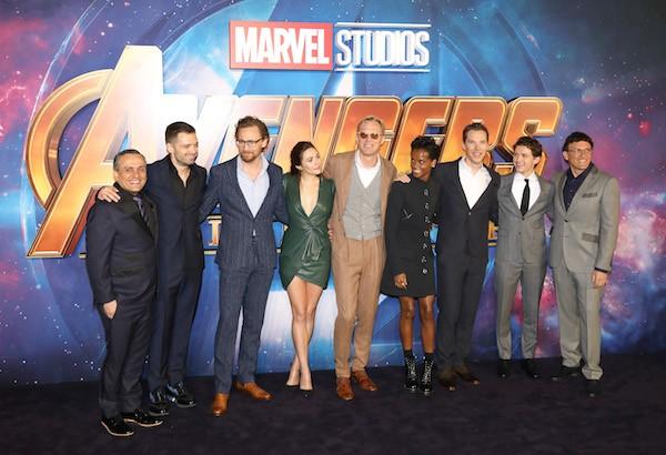 A atriz Elizabeth Olsen com seus colegas de elenco de Vingadores: Guerra Infinita no evento de lançamento do filme em Londres (Foto: Getty Images)