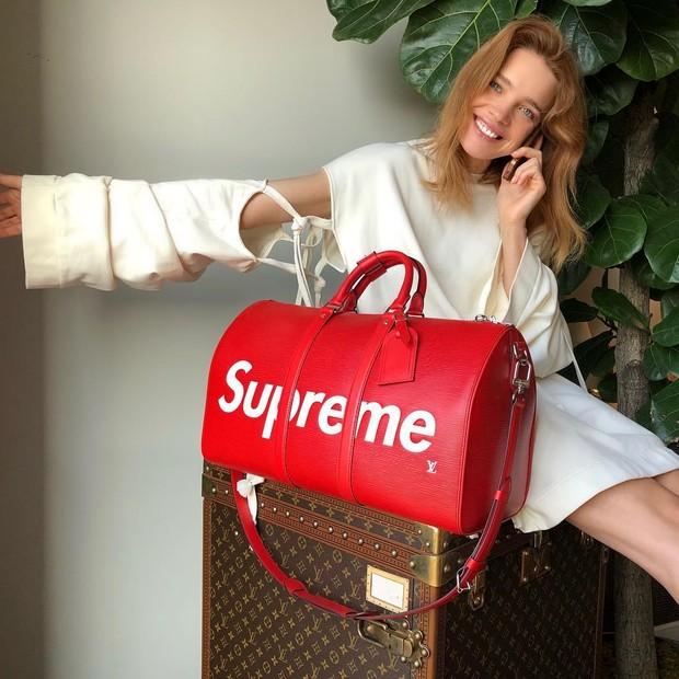 Natalia Vodianova com a mala da dobradinha Supreme e Louis Vuitton (Foto: Reprodução Instagram @natasupernova )