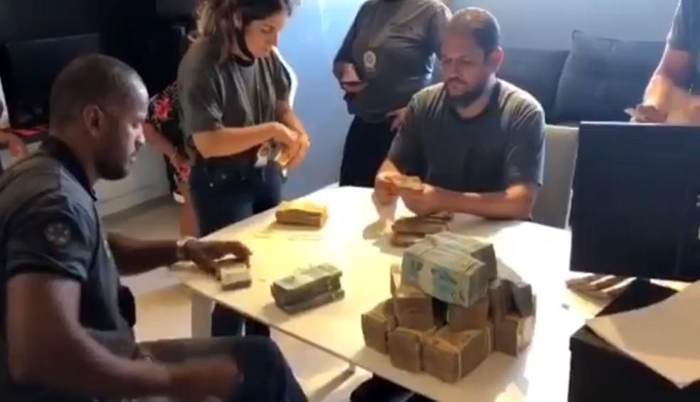 Polícia conta dinheiro em espécie encontrado na mansão de Nego do Borel no Recreio, na Zona Oeste do Rio — Foto: Reprodução