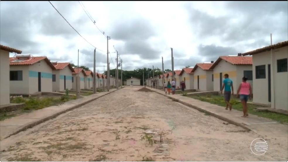 Casas foram ocupadas por 100 famílias (Foto: Reprodução / TV Clube)