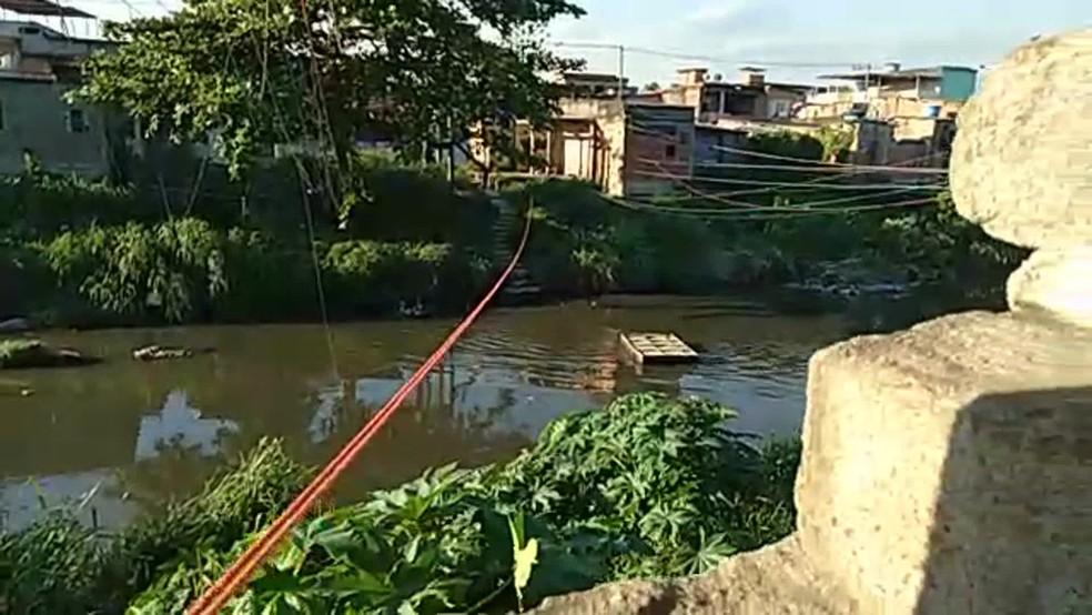Bandidos também usavam balsa para levar drogas e armas de Acari para o Parque Colúmbia. — Foto: Reprodução / TV Globo