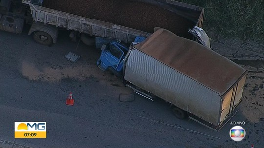 Acidente entre carreta e caminhão deixa um morto na MG-424, na Grande BH