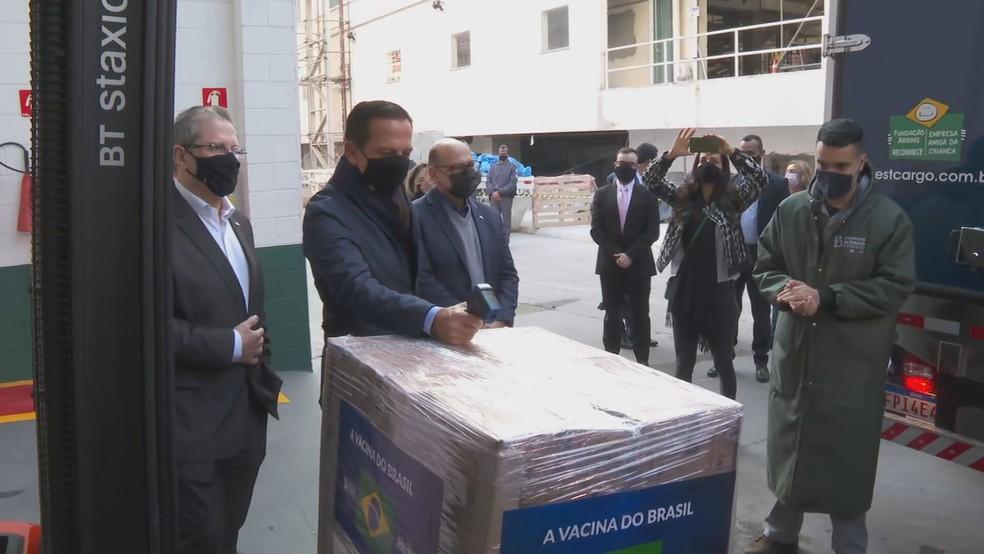 Governador João Doria (PSDB) acompanha liberação de doses da Coronavac ao Ministério da Saúde nesta quarta-feira (14), em São Paulo. — Foto: Reprodução/TV Globo
