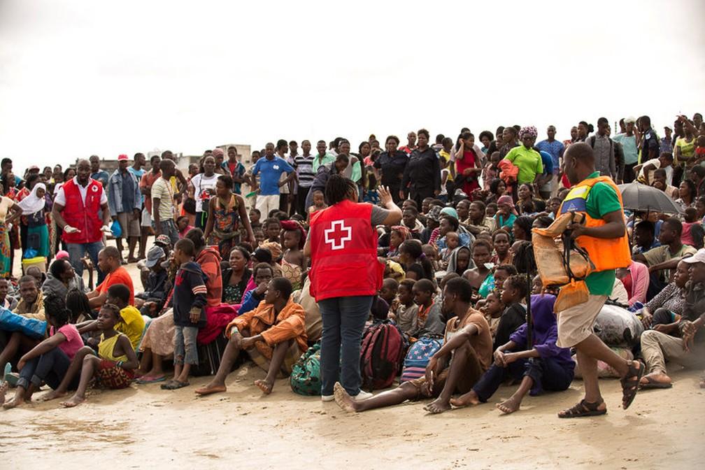 Sobreviventes do ciclone Idai recebem instruções de voluntários da Cruz Vermelha em Beira, em Moçambique — Foto: Denis Onyodi/Red Cross Red Crescent Climate Centre/Handout via Reuters