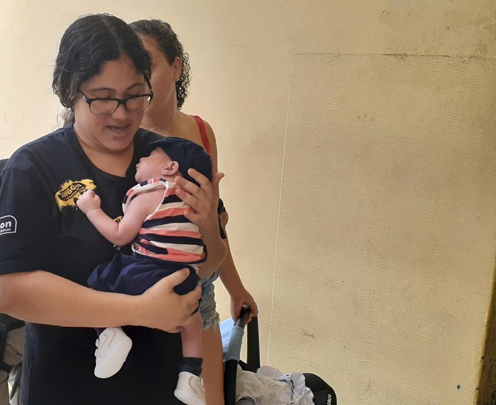 ENEM 2019 - DOMINGO (3) – JOÃO PESSOA (PB) – Mulher chega no local de prova do Enem nos últimos minutos com recém-nascido, em João Pessoa — Foto: Natally Domingos/G1