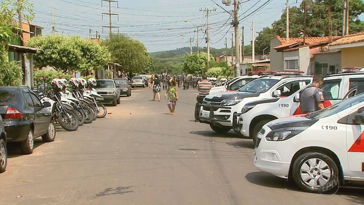 Suspeito de fazer segurança de traficantes oferece R$ 1 mil a PMs ao ser preso em favela de Ribeirão Preto; vídeo