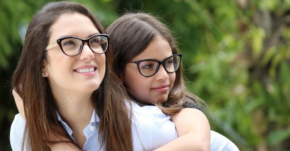 A candidata a deputada estadual Janaina Riva posa ao lado da filha Sophia, 9 (Foto: Divulgação)