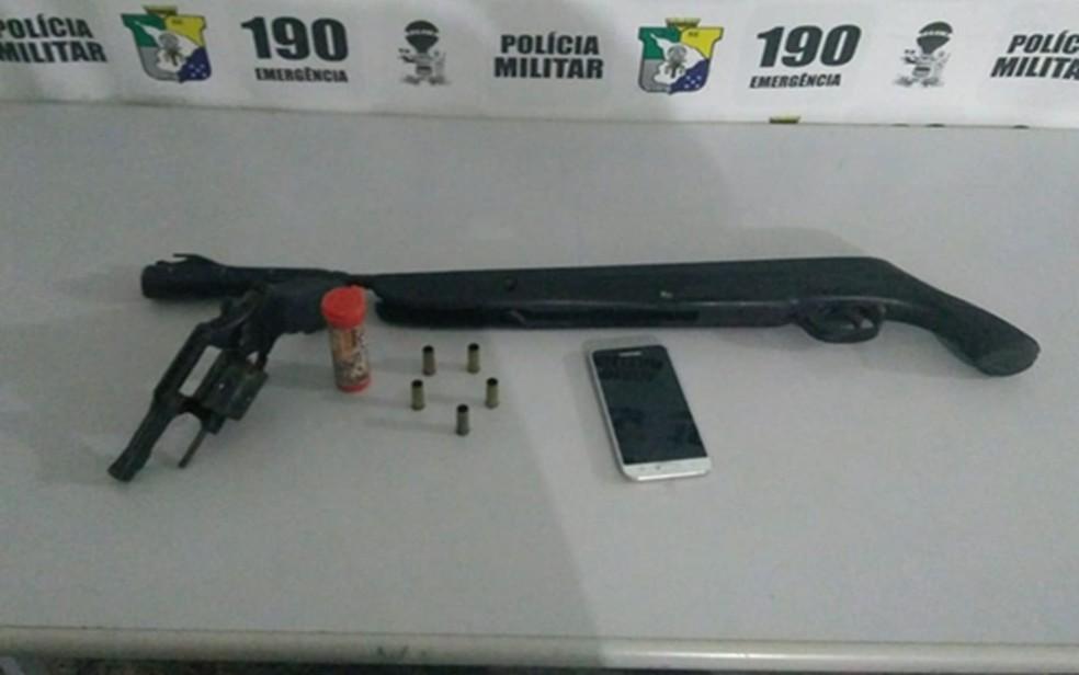 Armas e celular foram apreendidos  (Foto: PM/SE)