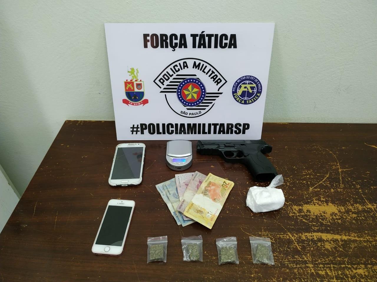 Drogas, balanças de precisão e simulacro de pistola são apreendidos pela Força Tática - Notícias - Plantão Diário