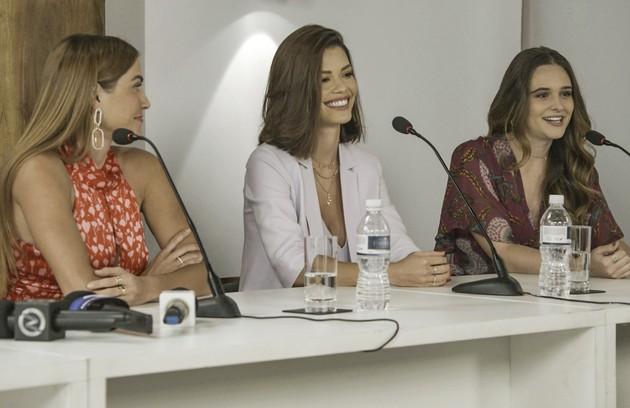 Kyra (Vitória Strada), Alexia e Luna (Juliana Paiva) farão uma coletiva com a polícia para revelar tudo o que passaram desde Cancún (Foto: TV Globo)