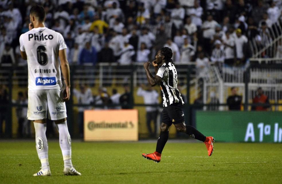 Chará fez os dois gols da classificação do Atlético-MG — Foto: Marcos Ribolli / GloboEsporte.com