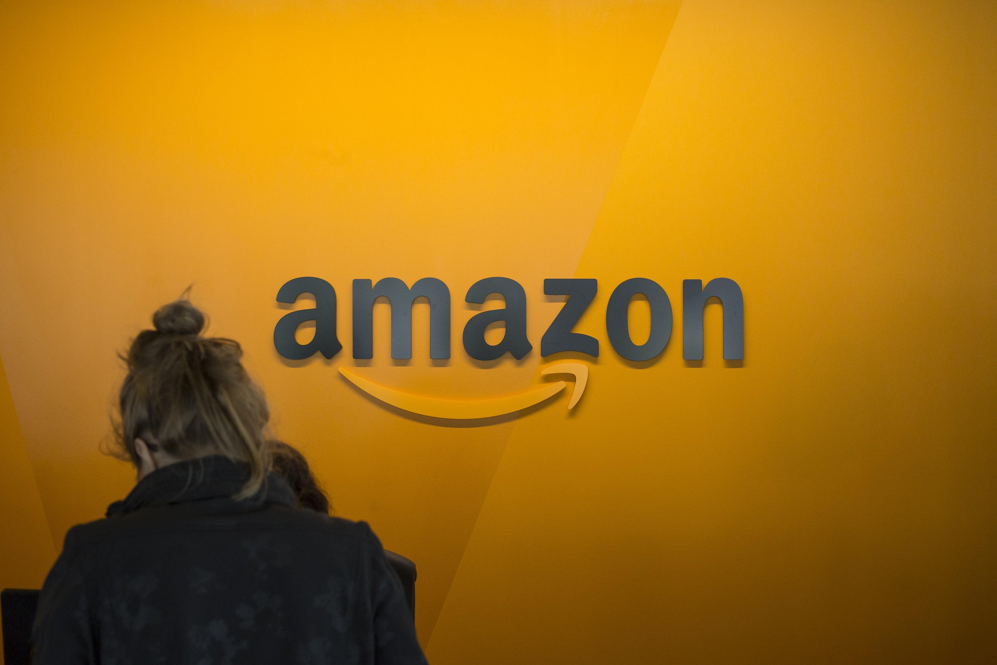 Valor de mercado da Amazon supera US$ 900 bilhões, e empresa se aproxima da Apple