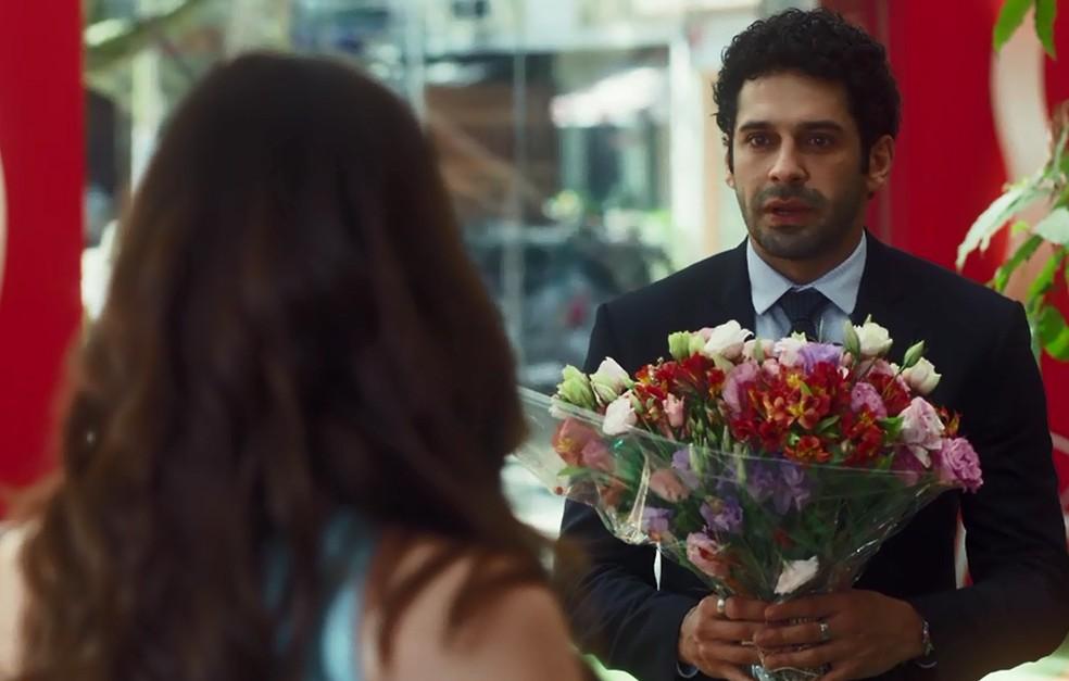 Emilio não imagina o que está escondido nas flores  — Foto: TV Globo