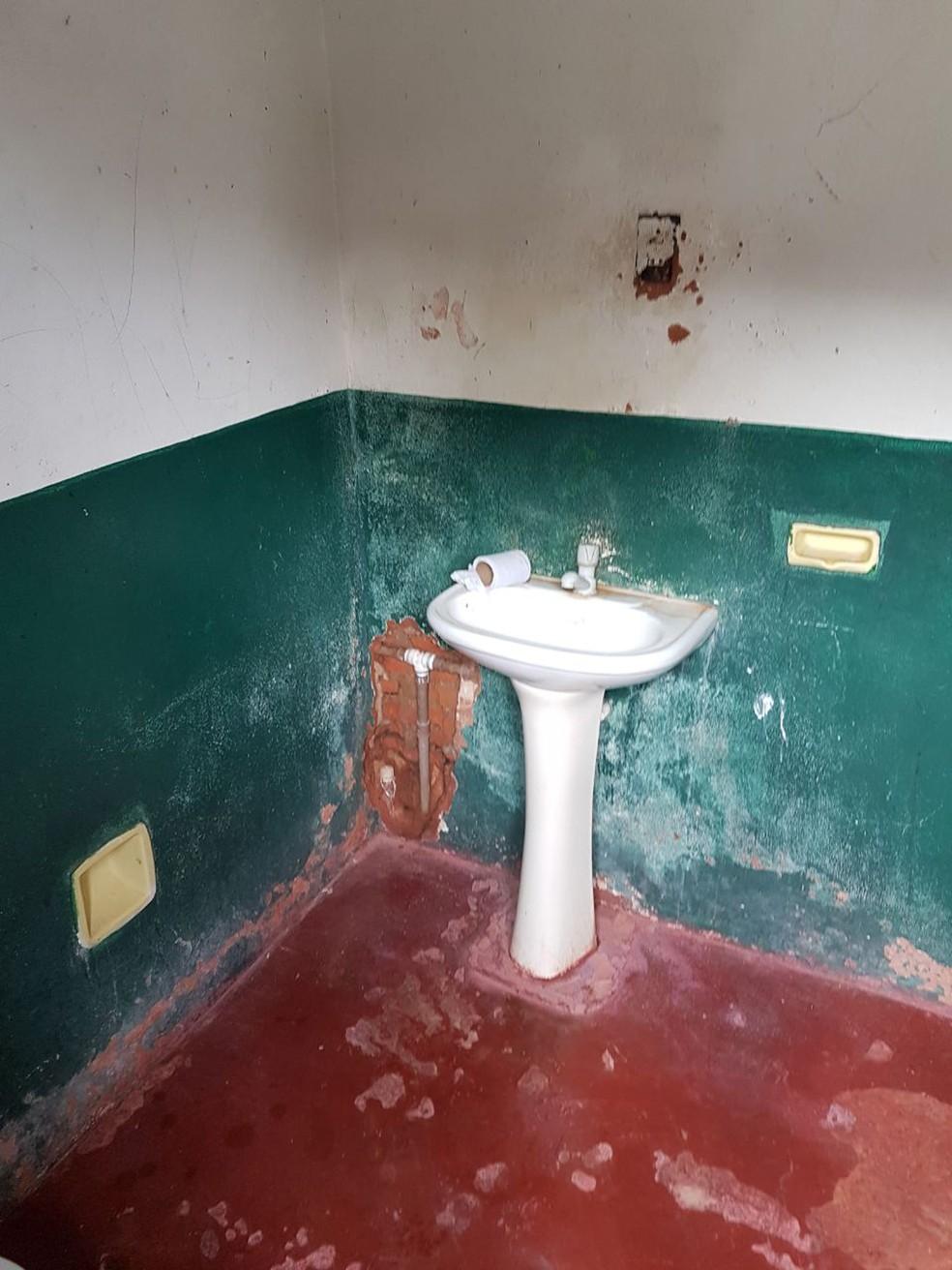 Banheiro em escola vistoriada pelo MP-MS em Bela Vista (Foto: MP-MS/Divulgação)