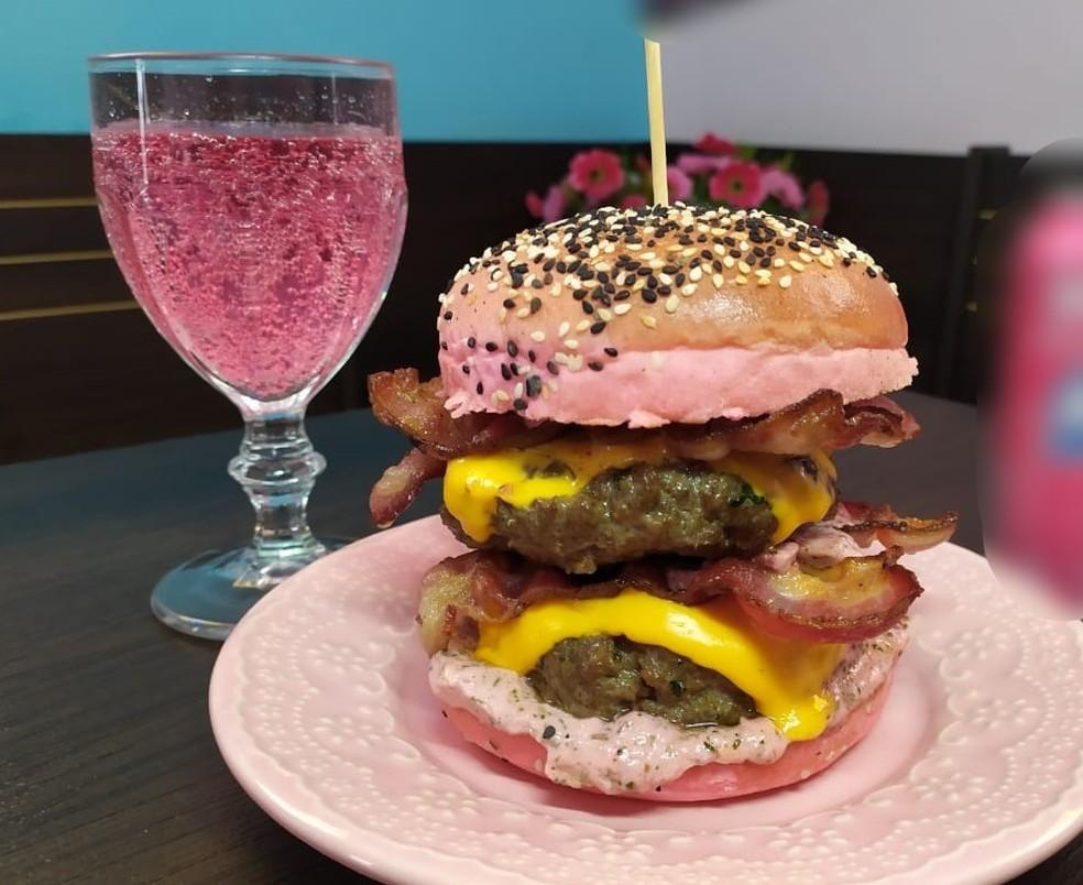 Pink Burger também já havia sido criado em comemoração ao Outubro Rosa — Foto: Estevão Milani/Arquivo pessoal
