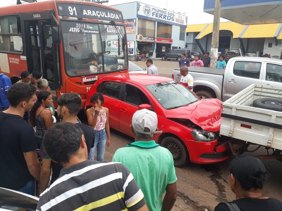 Ônibus sem freio provocou acidente na avenida Cônego João Lima  — Foto: Divugação/Geovanni Pereira