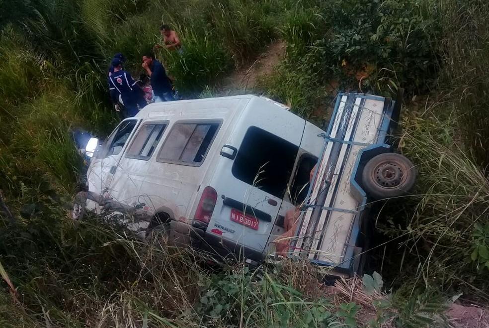 Van cai em ribanceira e passageiros ficam feridos em na BR-135 no Sul do Piauí (Foto: Divulgação / PM)