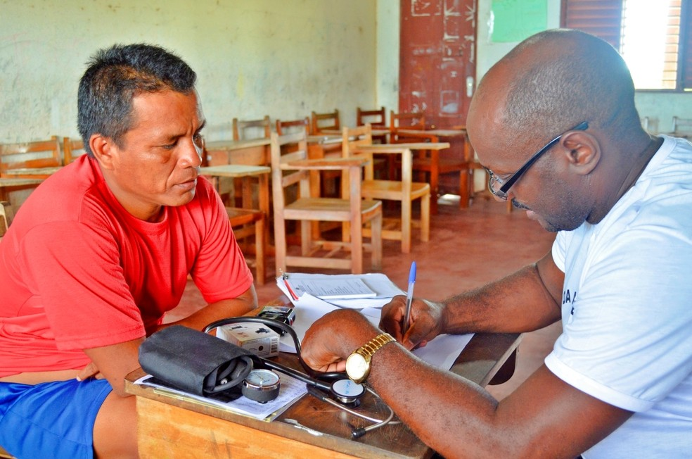 Atendimento médico na aldeia indígena Kumenê, em Oiapoque  — Foto: Abinoan Santiago/Arquivo G1