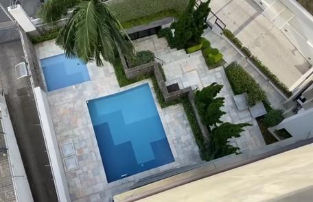 O condomínio onde o prédio se localiza tem duas piscinas de uso comum  Reprodução