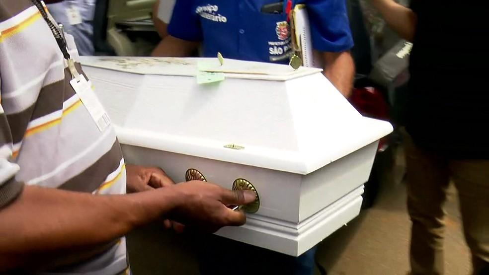 Corpos de meninas encontradas em carro chegam no Cemitério da Saúde (Foto: Reprodução/TV Globo)