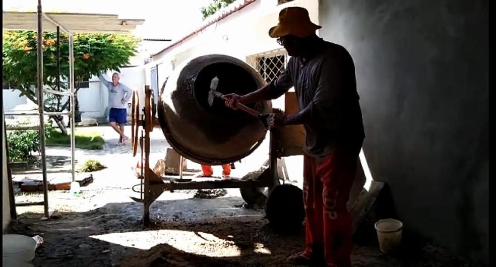Em troca de remissão na pena, presos trabalham no CDP de Apodi, no RN — Foto: Márcio Morais