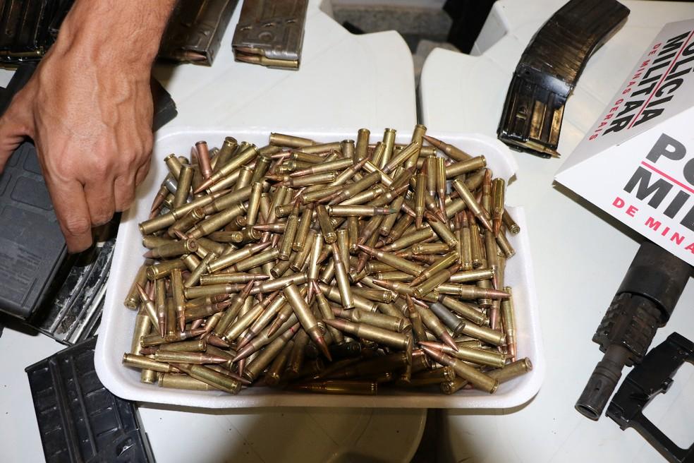 Várias unidades de munição foram apreendidas após parte do grupo se entregar  — Foto: Sérgio Teixeira/Assessoria comunicação PMMG