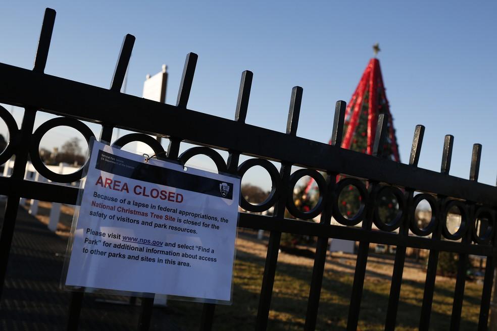 Portões fechados no acesso a área da árvore de Natal em Washington, devido a paralisação dos serviços nos EUA. — Foto: AFP