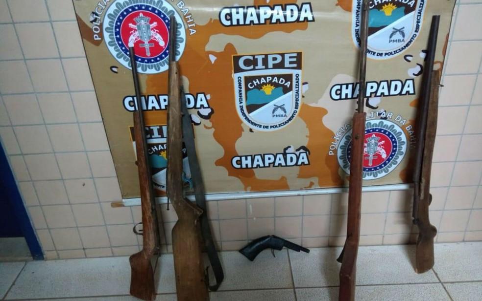 Armas foram apreendidas após suspeitos fugirem (Foto: Divulgação/Polícia Militar)