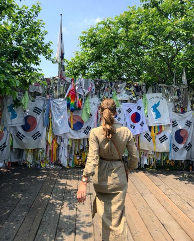 Grazi Massafera na Zona Desmilitarizada da Coreia (Foto: Reprodução)