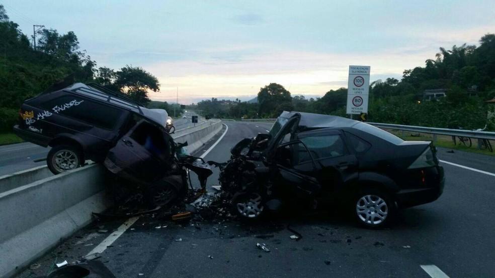 Colisão frontal entre dois carros deixa mortos e feridos na BR-101 em Rio Bonito (Foto: Divulgação/PRF)