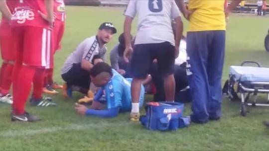 Goleiro sofre fratura em lance de gol, deixa campo aos gritos e passa por cirurgia