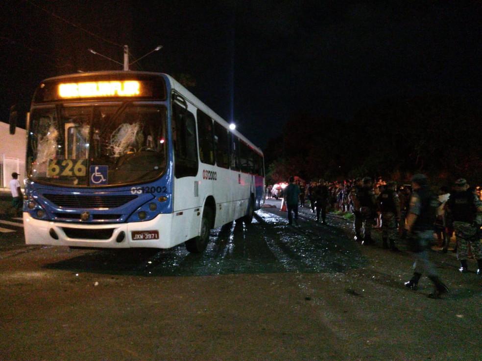 Ônibus da linha 626 foi depredado por moradores após atropelar criança — Foto: Indiara Bessa/G1 Amazonas